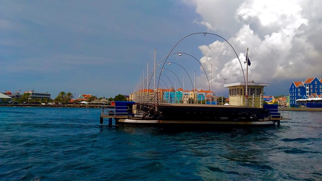 how does the queen emma pontoon bridge work? what is a pontoon bridge what to see in curacao in 4 days best attractions in curacao